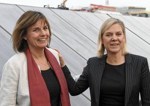 Avestabördiga Isabella Lövin (MP) och finansminister Magdalena Andersson (S) ler på bild, men är oense om skatterna.