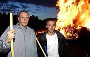 Foto: NICK BLACKMONHeta killar. Peter Wigg, 18 och Jens Eriksson, 17 år firade Valborg genom att sköta kasen vid Regementsparken. I jobbet ingick att vara kvar tills elden brunnit ut. -!Det brukar bli vid fyra-fem-tiden på morgonen, säger Jens, som i år tände kasen för tredje året.