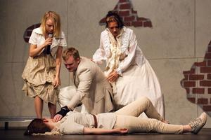 Marlene Holmberg huggs ihjäl och sörjs av Tove Pettersson, Mathias Olsson och Cornelia Sjöblom.