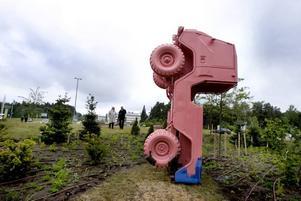 """Rondellkonst.  Konstprofessorn Ingo Vetter har skapat  """"Priapos trädgård"""". Själva  skulpturen  är en erigerad Volvo med  spår av grekiskt tempel.Foto: Britt Mattsson"""