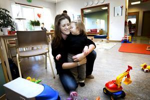 drabbas av besparing. Svenska kyrkans sparbeting gör att de måste dra in på förskollärartjänsten på familjecentralen i Andersberg. På bilden är Lea och Tanja Mustonen som besökte öppna förskolan i november 2009.