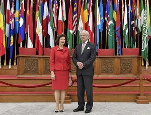 Drottning Silvia och kung Carl Gustaf  under den avslutande dagen vid statsbesöket i Indonesien. Kungaparet besökte Asien-Afrika-museet där 26 världsledare möttes1955 och grundade vad som blev den Alliansfria Rörelsen. Kungaparet välkomnades av guvernör Ahmad Heryawan.