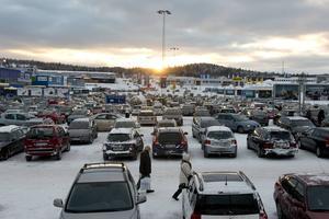 Parkeringsplatserna är många men emellanåt ändå för få för att det ska vara lätt att få plats i Birsta. När Ikea öppnar i Umeå kan en del av besökarna sannolikt räknas bort.