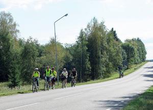 Här kommer Socialdemokraterna cyklande från Sandviken i riktning mot Järbo.