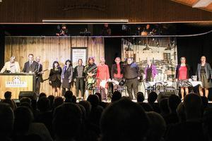 Detta år är det 22 personer som sjunger, spelar och hjälper till med ljud, ljus, rekvisita och koreografi på Färilarevyn.