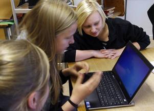 Moa Birgersson, Emma Lingvall och Emelie Larsson testade först att Facebook fungerade.
