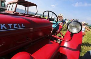 Otto Persson, 2 år från Nälden, tyckte mycket om traktorparaden och han fick tillfälle att låtsas köre flera av traktorerna.