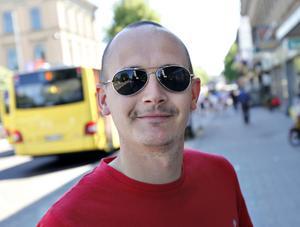 Tycker du att det är problem med att det cyklas på gångbanor?Daniel Karlsson, 33 år, föräldraledig, Gävle:– Jag tycker att det inte är ett så stort problem. Jag försöker själv hålla mig efter cykelreglerna.