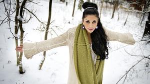 Komikern och författaren Zinat Pirzadeh kommer till Kungsör i morgon.