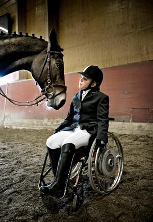 Kloka djur. När Sofia Domander och April Surprise tränat eller tävlat klart går hästen fram och ställer sig vid rullstolen. Frågan är om han vet att jag ska sitta där eller om det är hästgodiset som lockar, undrar Sofia.