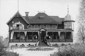 FOLKETS HUS. Strömdalens värdshus hade köpts av arbetarrörelsen i Gävle 1904 och här samlades de strejkande till åtskilliga möten under de veckor konflikten pågick. Huset låg mellan nuvarande Konsthallen och Stömvallen och revs 1958.