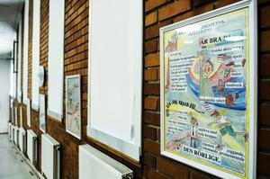 Pedagogisk konst hänger kvar på väggarna i aulan.