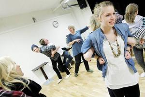 Teaterläraren Sara Karlsson, i mitten i bild, är bekymrad då Jämtlands gymnasieförbund verkar ha bestämt sig för att lägga ner denna utbildning.
