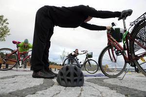 Hela Sundsvall cyklar anordnar cykelyoga. Peter Selander, yogainstruktör Annie Book-Söderberg deltagare och Yasmine Olofsson, projektanställd på Sundsvalls kommun för Hela Sundsvall cyklar.