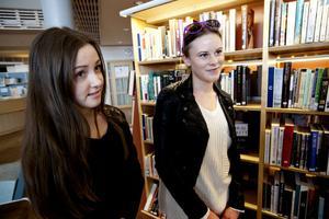 Elina Österlund och Elina Tjell går första året på gymnasiet i Härnösand och är på jakt efter böcker för undervisningen.