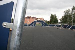 Den stora asfaltplanen mäter 20 (bredd) gånger 62 (längd) meter och själva rinkytan 16 gånger 32 meter.