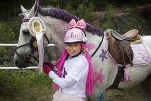 Ophelia Jenderholt hade gjort om sig och Aragon till melodifestivalens Dollystyle med mycket rosa.