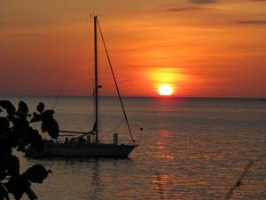 Varje kväll gick turisternas kameror varma när solen sänkte sig ner i havet.