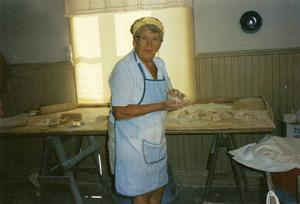 Gerda Dahlberg förbereder baket genom att göra lämpligt stora bollar att kavla ut. Foto inlämnat av Gudrun Hansson