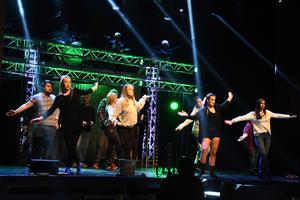 Som mest kan det vara 13 personer uppe på scen samtidigt, plus livebandet som sitter ovanför.