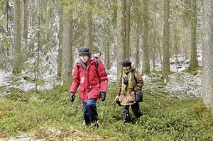 Vårutflykt. Vintern gjorde ett återbesök i söndags när Lena Bjärmark och Kajsa Grebäck från Nora naturskyddsförening gjorde ett besök i Dalbotorpsravinernas nya naturreservat.