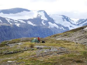 """Lägerplats med utsikt. """"Proffs på att slå upp tält blev vi"""", konstaterar Pia. Här har de slagit läger för natten vid Kåresevagga i västra Abisko fjällområde. Foto: Hans Johansson"""