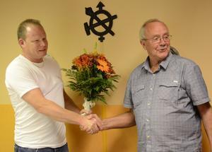 Många ville gratulera Anders Runnkvist. När Sten-Ove Karlsson överlämnat blommor och lovord över SM-guldmedaljen är det fler i bakgrunden som pockar på uppmärksamhet.
