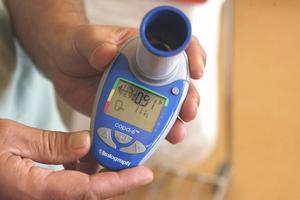 Med en spirometer kan man ta reda på om en person har kol.