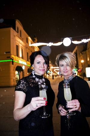 Nyårsfrisyren är räddad, här kommer tipsen hur du lyckas få uppsättningen och stylingen att hålla hela kvällen. Jenny Sjöholm och Marie-Louise Skoog är redo för fest.