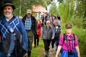 Det var åtskilliga fötter som på söndagen trampade längs den nyröjda gamla kyrkstigen mellan Torsång och Milsbo.
