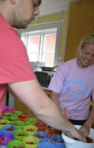 Fikadags. Fritidsledare Madelene Andersson och Pontus Westberg förbereder jordgubbarna till avslutningsfikat.