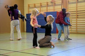 Proffsövning. Eleverna fick prova att föras av de professionella dansarna. De litade direkt på dem.