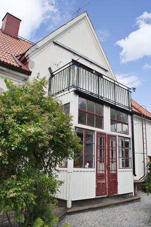 Huset har vit fasadputs och en boyta på 228 kvadratmeter.