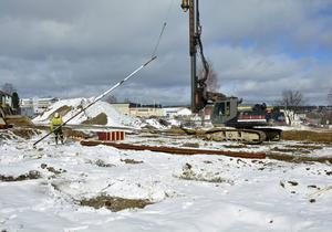 Här ska en ny byggnad på 2 000 kvadratmeter stå klar i höst. Hit ska grossisten Bevego flytta, som nu befinner sig på andra sidan E14. Byggentreprenaden har Fastec fått.