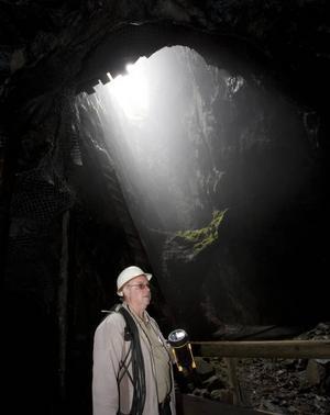 Ljuset på 45 meters djup bildar en mystik i det gamla dagbrottet.Tommy Nielsen berättar om sägnen om gruvfrun som kan hjälpa gruvans besökare, om man visar henne respekt.