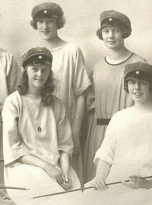 Astrid Wasell och Elisabeth Rydell när de tog realskoleexamen. Astrid nedre raden till vänster och Elisabeth på övre raden till höger.