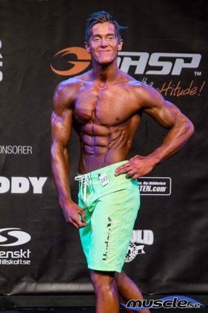 Alexander Jonsson bytte bana lite i höstas för att prova men's physique. Han placerade sig trea bland 22 tävlande.