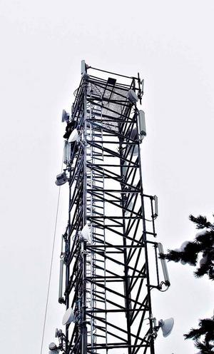 Här, i masten bakom Sam hjälpmedel, satt en man och skrek. Fast inte på hjälp, kunde räddningstjänsten konstatera. Mannen jobbade nämligen uppe i masten.