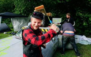 Håkon Nakim hade bara hunnit vara på campingen i en halvtimma men festen var redan i full gång.