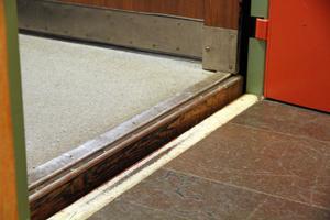 Hissen stannar alltid lite ovanför golvet. Den upphöjda kanten gjorde att Gunvor Eriksson fick svårt att ta sig in med sin rullator.