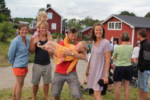 Många ville se de små racerproffsen. Här Lotta Hasselberg och Daniel Johansson med dottern Sonja, samt Jerker, Lise och Titti Bexelius, som hejade fram sin son Kalle i det vinnande laget.
