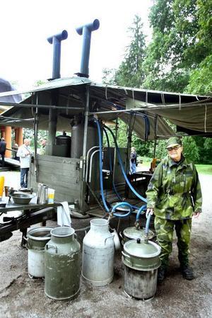 Karin Qvick visar hur man från ångpannan som står på kokvagnen kan leda ned ånga i kärlen för att laga mat. Allt ångkokas alltså och Karin försäkrar att det blir kanongott. Här är det dock bara kaffe och tevatten som värms.