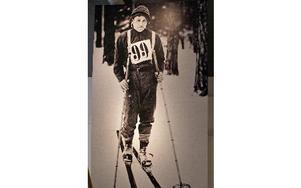 Förste segraren Emil Alm åkte Vasaloppet i vadmalsbyxor. Det tog sju timmar och 39 minuter.