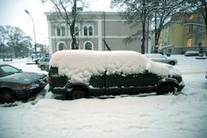 Under tisdagen föll det stora mängder snö och många bilar snöades in.