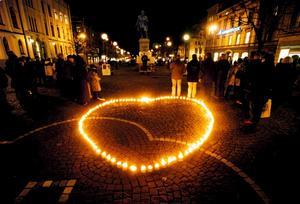 Tragisk minnesstund. Varje år dör 300 svenskar till följd av narkotikamissbruk och den 1 november hedras de vid ljusmanifestationer över hela landet, så även på flera platser i vårt län.