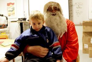 Melvin Skoglund Björkholts, 4 år, fick träffa Gästriketomten.