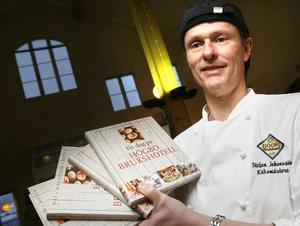 Stefan Johansson visar glatt upp kokboken En dag på Högbo Brukshotell.