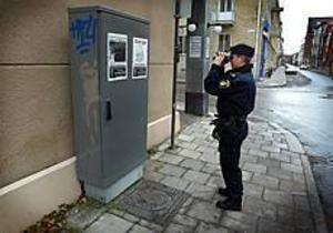 Foto: ANNAKARIN BJÖRNSTRÖM Fotograferar. Anna-Karin Pettersson, polisman i Gävle, dokumenterade affischerna på ett elskåp utanför Gefle Dagblad.