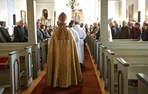Biskop Eva Nordung Byström sist i processionen in i Funäsdalens kyrka för att installera den nya kyrkoherden.