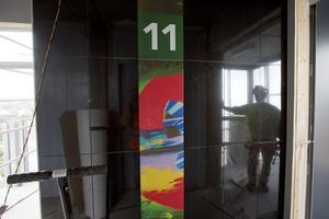 Graffitikonst. Lokala graffitikonstnärer står för utsmyckningen vid hissarna.